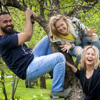 BUU-klubbsledarna Emil, Lisa, Malin och Jontti har klättrat upp i ett träd och ler mot kameran
