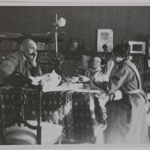 Akseli och Mary Gallen-Kallela  1922 i Borgå, Greta Ahlman till höger