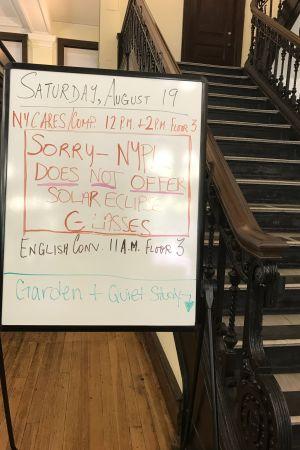 Inga skyddsglas för solförmörkelse finns att låna, meddelar biblioteket i New York.