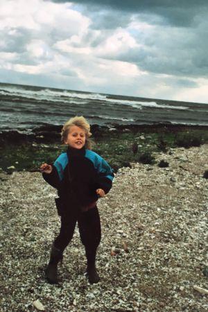 Otto Gabrielsson som litet barn vid havet