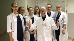 Vuonna 2010 Jaakko Valvanne aloitti Tampereen yliopiston geriatrian professorina. Tässä kandiryhmän kanssa Taysin akuuttipäivystyksessä.