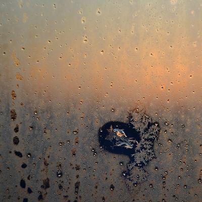 Vinterfrost på fönsterglas.
