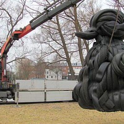 Rubberduck-taideteosta nostetaan kuorma-auton kyytiin.