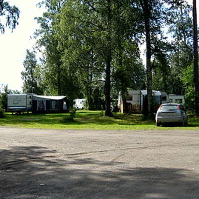 Leirintäalueella parkissa asuntovaunuja