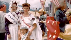 Ihmisiä juhlimassa Alaskassa arviolta 50-luvulla.