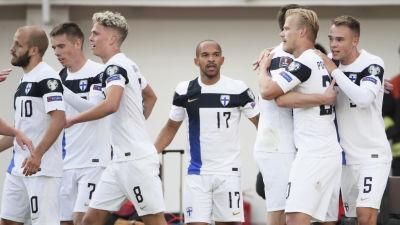 Finland firar mål i VM-kvalet i fotboll.