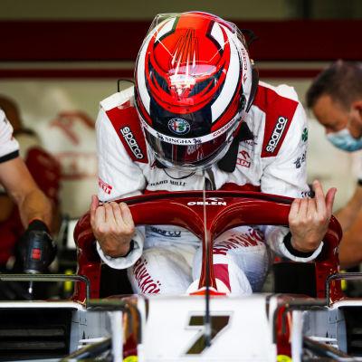Kimi Räikkönen stiger ner i sin formelbil.
