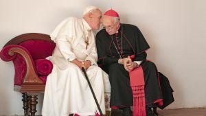 Påvar emellan. Anthony Hopkins och Jonathan Pryce är bägge nominerade. för The Two Popes.