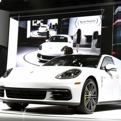 En vit Porsche Panamera visas upp på LA Auto Show i november 2016.