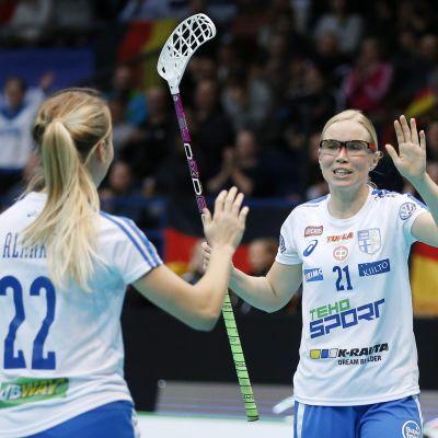 Nina Rantala jublar efter ett av Finlands mål i utklassningssegern.