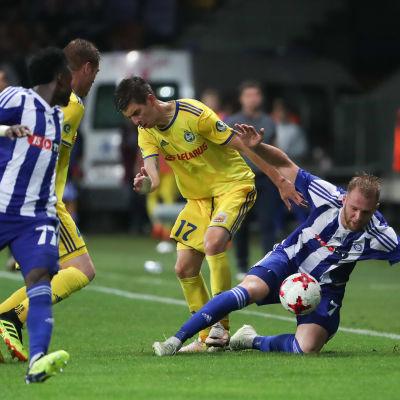 Klauss kämpar om bollen i kvalmatchen mot Bate Borisov