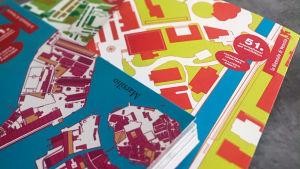 Venetsian biennalin katalogit pinossa