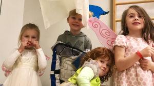 Fyra dagisbarn har maskerad, är utklädda.