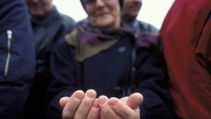 En kvinna håller ut sina händer