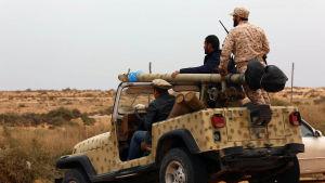 Rebeller som bekämpar Islamiska staten IS fotograferade i utkanten av Sirte den 16 mars 2015.