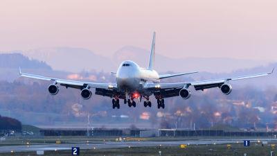 Ett flygplan av modellen Boeing 747 landar.