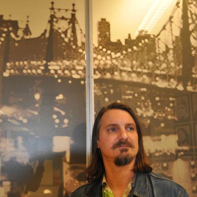 Robin Pahlman är en rockmusiker från Pargas som för tillfället bor i New York.