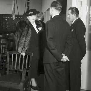 Pääjohtaja Hella Wuolijoki Porin lyhytaaltoaseman vihkiäisissä 30.11.1948