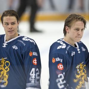 Miro Heiskanen och Eeli Tolvanen på isen.