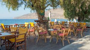 Tomma serveringar i byn Petra på norra Lesbos i Grekland.