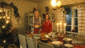 Annikki ja Liisa Metsola (Helinä Viitanen ja Anna-Leena Härkönen) joulupöydän ääressä