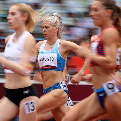 Sara Kuivisto löper omgiven av tre andra idrottare.