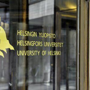 Bild på glasdörr vid Helsingfors universitet.