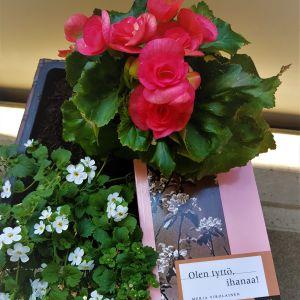 Merja Virolaisen runoteos kukkamaljakoiden keskellä