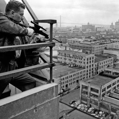 Murhaaja Eddie Miller (Arthur Franz) tähtäilee kiikarikiväärillä elokuvassa Sala-ampuja