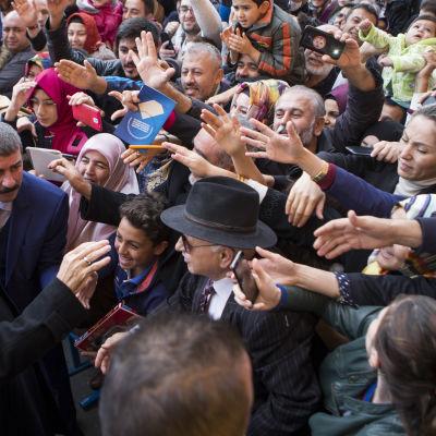 Turkiets president Recep Tayyip Erdoğan träffar anhängare efter att ha röstat 1.11.2015.