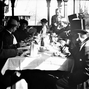 Ett sällskap äter frukost på Restaurang Kajsaniemi i Helsingfors år 1914.