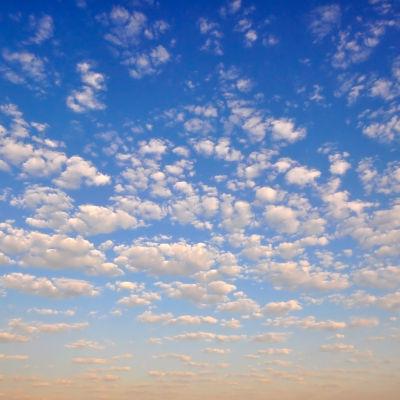 Blå himmel med vita små moln.