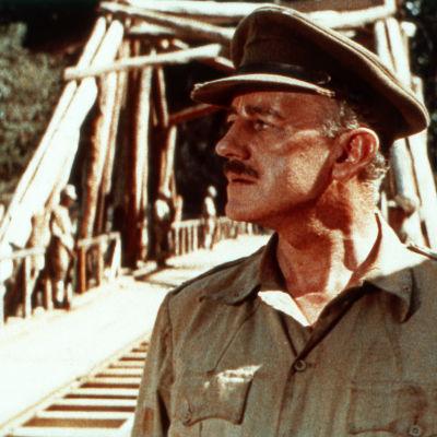Alec Guinness elokuvassa Kwai-joen silta