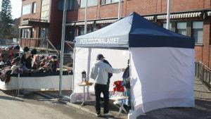 Sannfinländska valarbetare i ett tält.