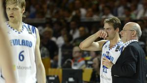 Petteri Koponen får instruktioner av Henrik Dettman i VM i basket 2014.