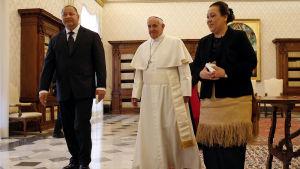 Tongas kung Tupou VI längst till vänster på besök i Vatikanen.