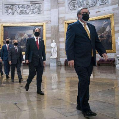 Demokraten Jamie Raskin och det övriga åklagarteamet marscherar in i senaten inför rättegången mot Donald Trump.