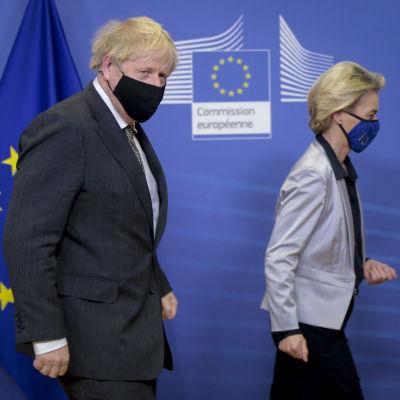 Ursula von der Leyen och Boris Johnson passerar en EU-flagga i kommissionsbyggnaden i Bryssel.