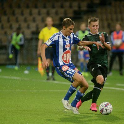 HJK-spelaren Roni Peiponen (till vänster) i Europa League-kvalmatchen mot Krasnodar.