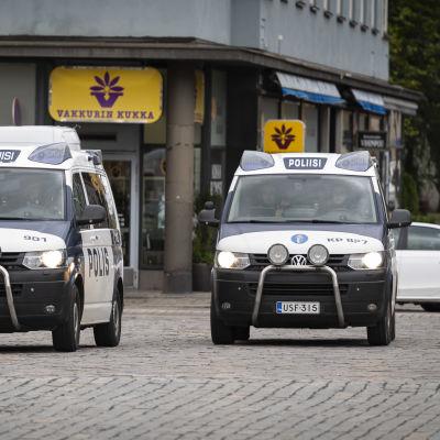 Kaksi poliisiautoa Kokkolan Isokadulla.