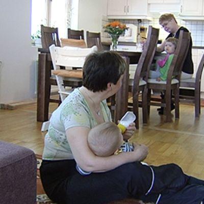 Perhetyöntekijä auttaa lastenhoidossa