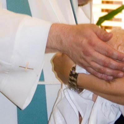 Vauva kastetaan