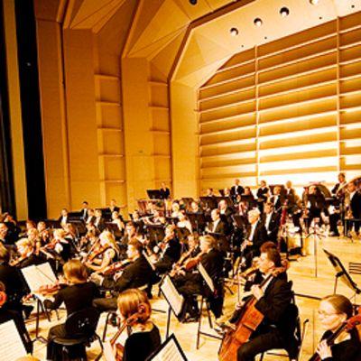 Orkesteri soittamassa