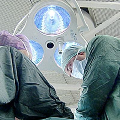 Kirurgi leikkaussalissa.