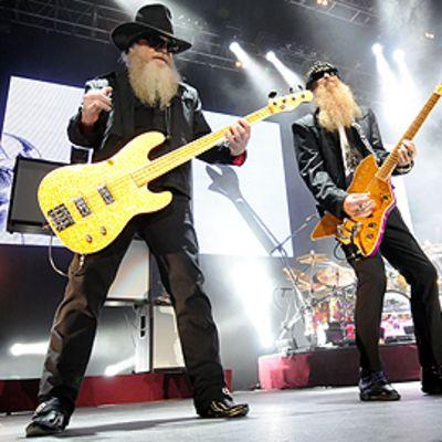 ZZ Topin jäsenet Dusty Hill ja Bill Gibbons esiintyvät lavalla Unkarissa lokakuussa vuonna 2009.