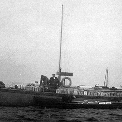 Pirtulaivasta puretaan lastia Kokkolan vesillä 1931.