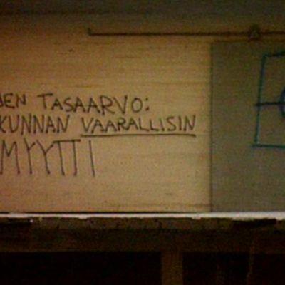 """Seinäkirjoitus Joensuussa vuonna 1995: """"Rotujen tasaarvo: Ihmiskunnan vaarallisin myytti"""""""