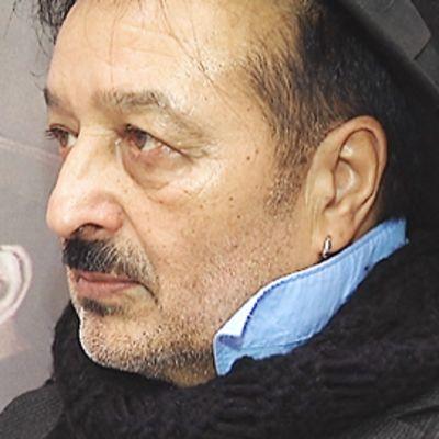 Veijo Baltzar Miranda-näyttelyssä esillä olleen teoksen edustalla.