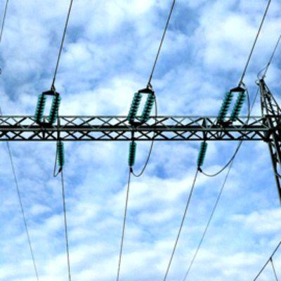 Sähkölinjoja taivasta vasten.