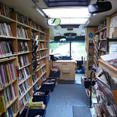 Kirjastoautosta löytyy jokaiselle jotain.